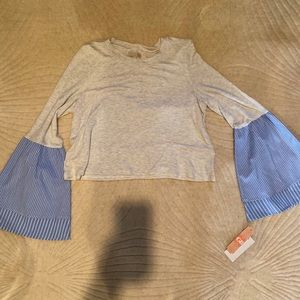 Gianni Bini cropped grey shirt with bell sleeves